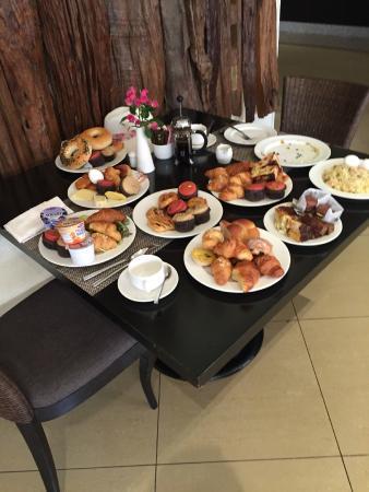 Anantara The Palm Dubai Resort: Das sind die Gäste, die Abends auch im Trägershirt zum essen gehen