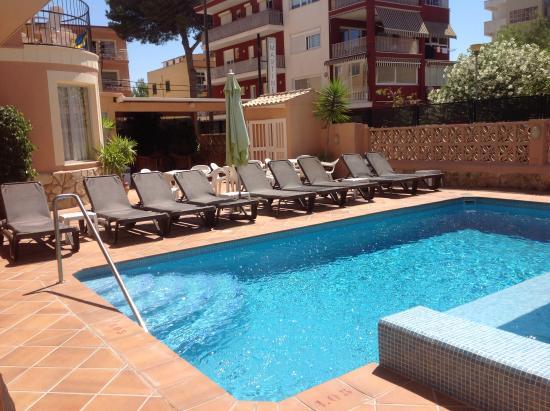 Martinez Apartments: Lovely pool.
