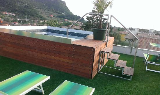 Terrazza solarium con piscina idromassaggio picture of hotel