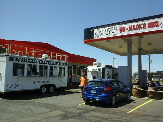 Bo-Mack's BBQ Express: BBQ in a gas station lot!