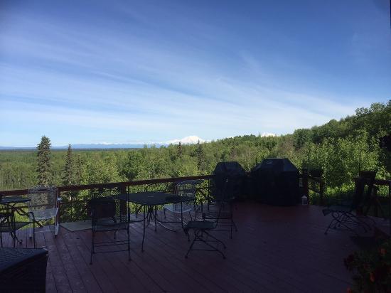 Talkeetna Denali View Lodge & Cabins: View of outside deck.