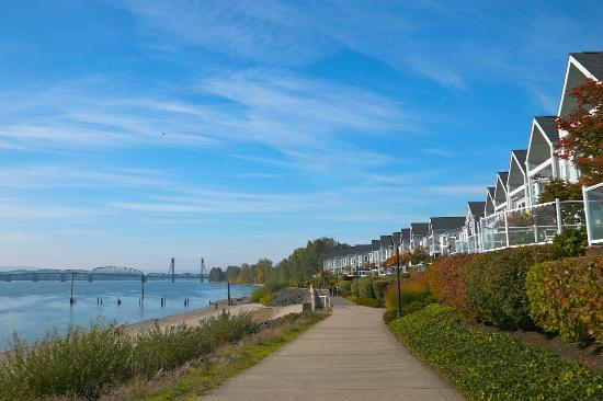 Vancouver, WA: Walking West along the Columbia River