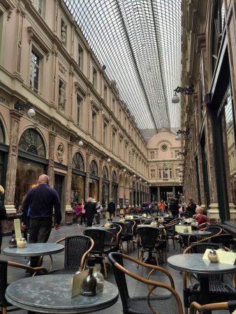 Le Vaudeville - Chambres d'Hotes : Cafe next door