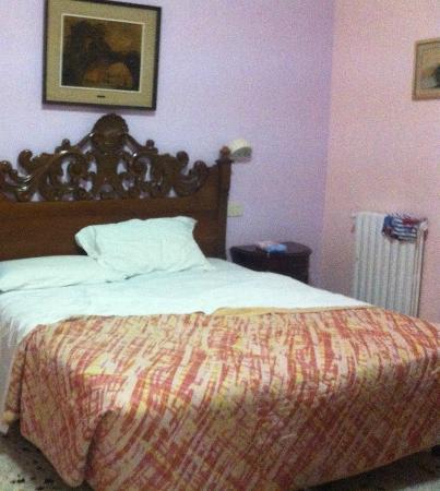 Hotel Linda: nice size double bed