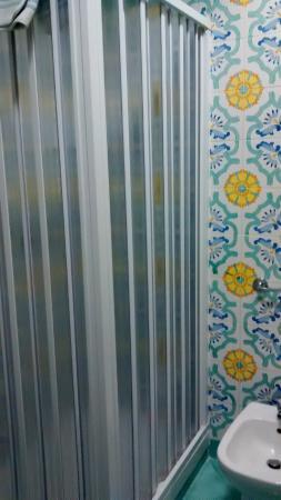 Hotel Ascot : shower