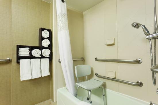 Wingate by Wyndham Springfield: Bathroom