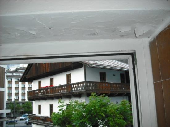 Hotel Montana : finestra con distacchi tinteggiatura