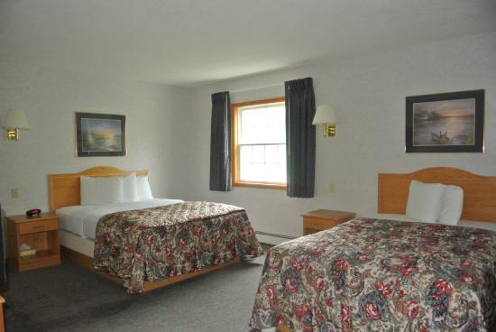 Americas Best Value Inn & Suites Lake George: Master Bedroom