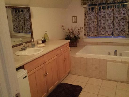 Alpine Haus Bed and Breakfast Inn: Bathroom
