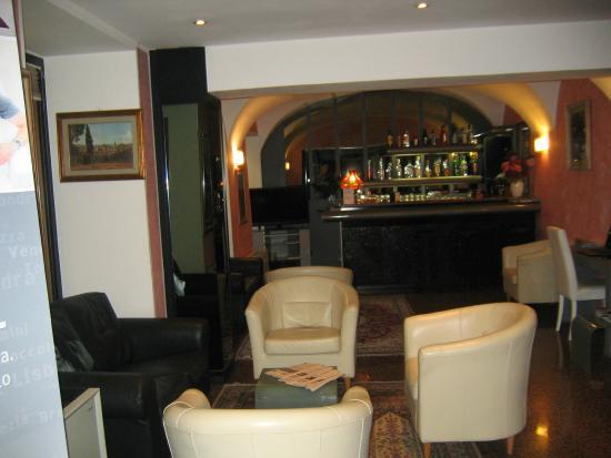Comfort Hotel Europa Genova City Centre: Hall con bar e zona di lettura