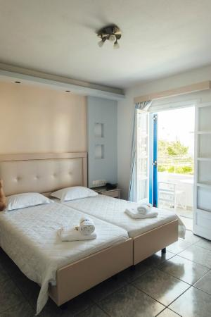 Ilion Hotel: Our room! Very modern! Amaaaaaazing shower.