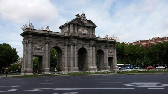Beautiful Arch In The Middle Of Busy Roadway By The Retiro Park