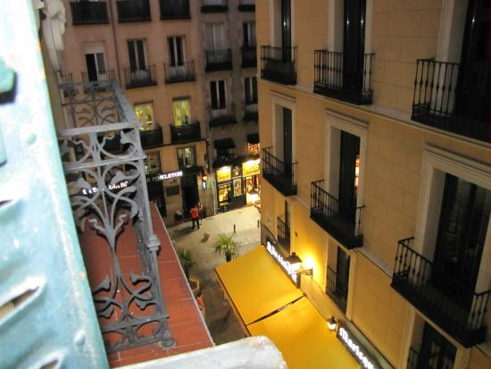 Hostal la Macarena: View from balcony-room was on side street.