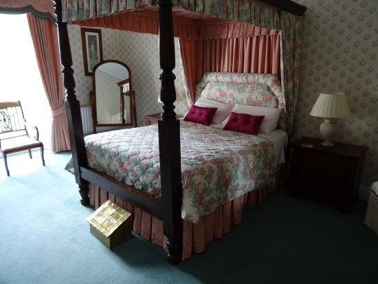 Walcot Bed and Breakfast: view of room 1 queen bed from the doorway