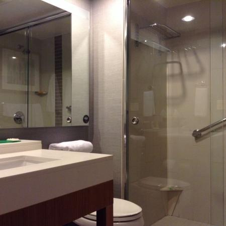 Hyatt Place San Juan/Bayamon: Clean, ample bathroom & shower.