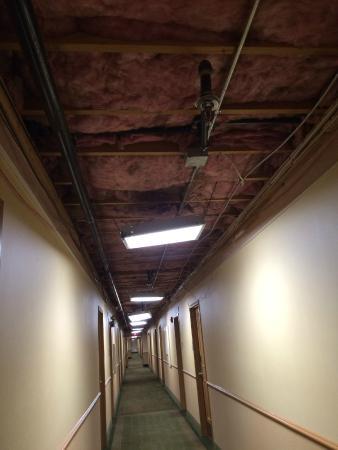 La Quinta Inn Auburn Worcester: Second floor hallway when we arrived