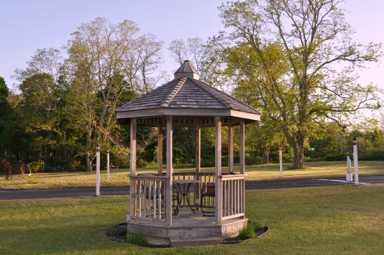 Eagle Wing Inn : Gazebo in front lawn