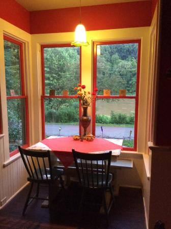 Barnard House Bed and Breakfast: Breakfast spot for two!