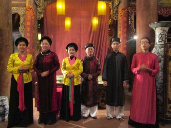 Thang Long Ca Tru Guild : Can Tru performers in tradtional garb