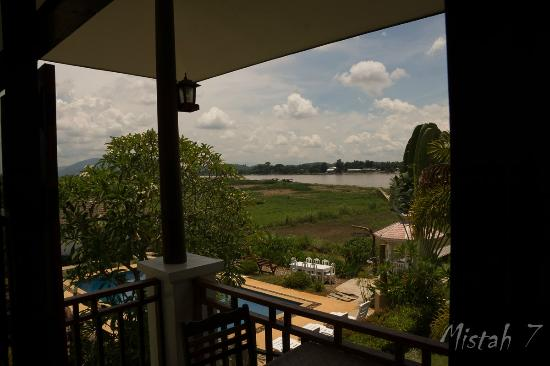 Gin's Maekhong View Resort & Spa: View over  the pool and Mekong River