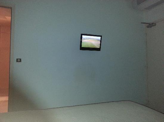 Hôtel Les Remparts: Une télé en guise de post - it  et une salle de bain d'hôpital...