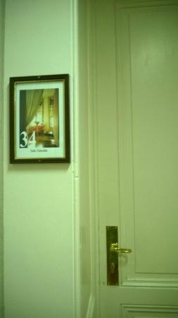 Des Tourelles : Возле двери каждого номера висит репродукция.