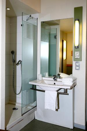 salle de bain picture of ibis budget toulon centre toulon tripadvisor. Black Bedroom Furniture Sets. Home Design Ideas