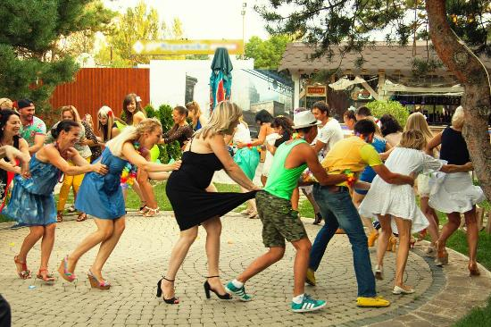Alpen House: Вечеринка на летней площадке