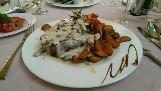 Vacz Remete Pince: Fillet of beef with truffle mushrooms sauce, steak potatoes