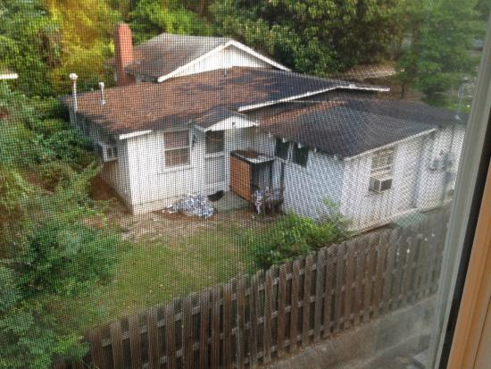 TownePlace Suites Columbus: Shack with trash (beer cans?) in the backyard