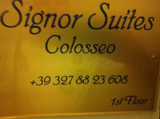 Signor Suite Colosseo: Табличка на входе в отель из подъезда, 2 этаж