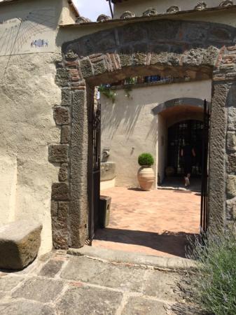 Podere dell'Arco Country Charme: l'ingresso della corte