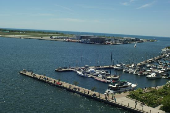 Making Waves Boatel : View of the marina and the aiport