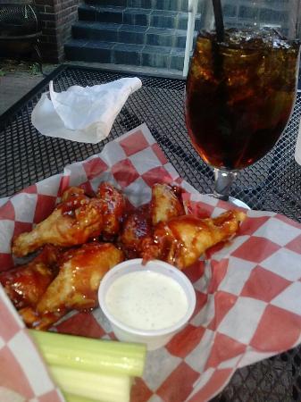 Reynolds Tavern : 5 dollar wings