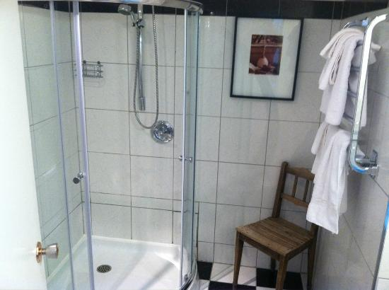 Europa Inn & Restaurant: Shower