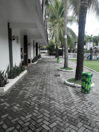 Bataan White Corals Beach Resort: walkway going to beach