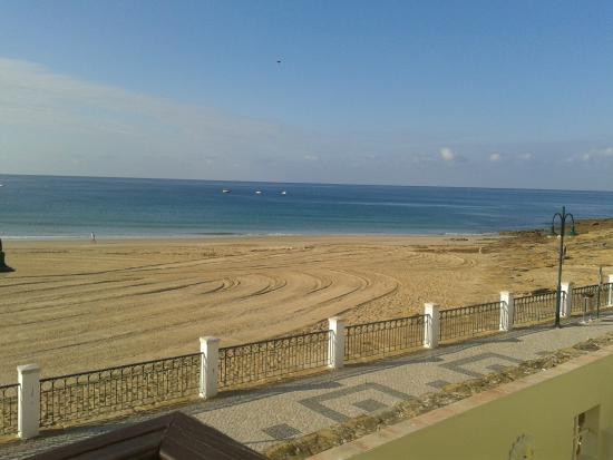 Luz Beach Apartments: Beach view from apartment