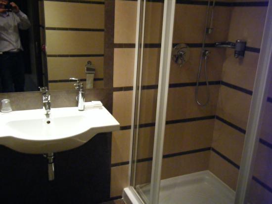 EA Hotel Downtown: bathroom