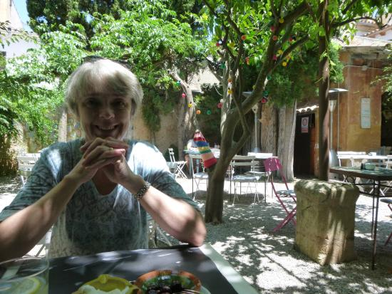 Cafe Parisien: Lunch in the shade