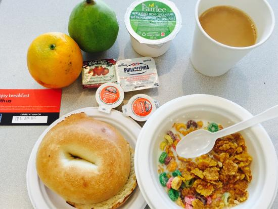 Residence & Conference Centre - Toronto: breakfest is lovely and the cafeterian is nice and lovely!