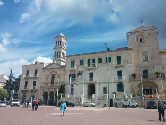 B&B Girasoli al Castello : La Chiesa del Redentore, Palazzo Melodia e il suo arco, su Piazza Castello.