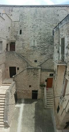 B&B Girasoli al Castello : La vista del cortile Melodia dalla finestra della camera