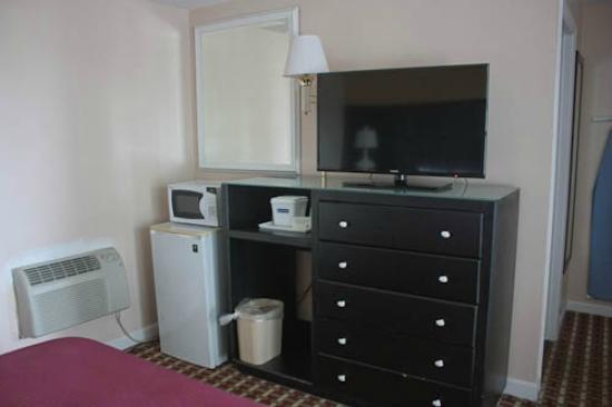 Travelodge Middletown Newport Area: TV, fridge, MW, AC unit
