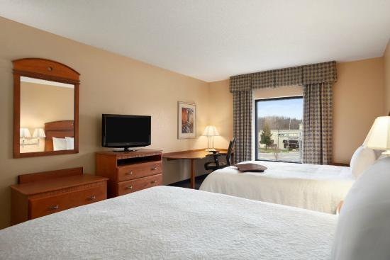 Hampton Inn Geneva: 2 Queens Guestroom