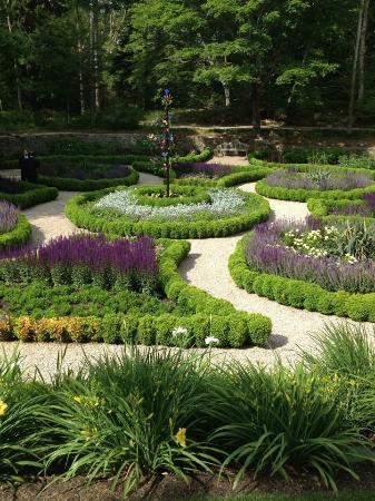 Highfield Hall & Gardens : Sunken garden in front