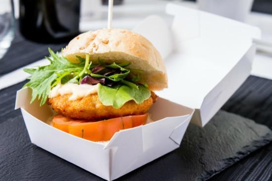 La Taberna de Tito gastronomia Alicantina: Mini hamburguesa de pollo rebozada en corn flakes kellog´s con mahonesa picante, lechuga y tomat