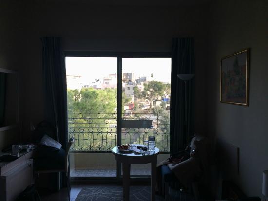 Holy Land Hotel: Сохранилось только одно фото номера. Большое окно-дверь на уютный балкон