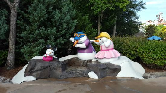 Blizzard Beach: Cute Snowman Family near entrance