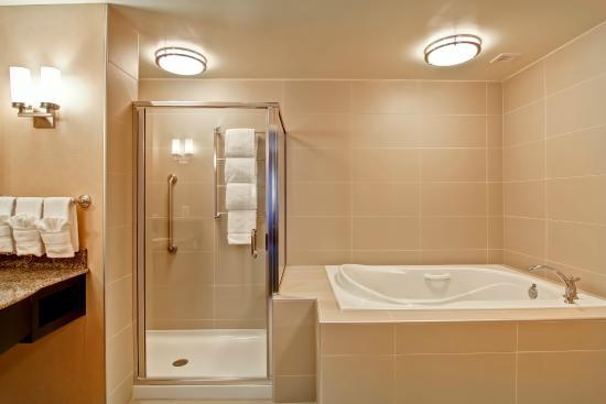 Hilton Garden Inn Woodbridge: Shower And Soaking Tub