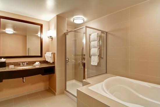 Hilton Garden Inn Woodbridge: Suite With Soaking Tub And Shower